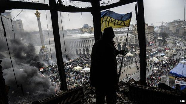 Protester with flag overlooking Independence Square, Kiev (20 Feb)