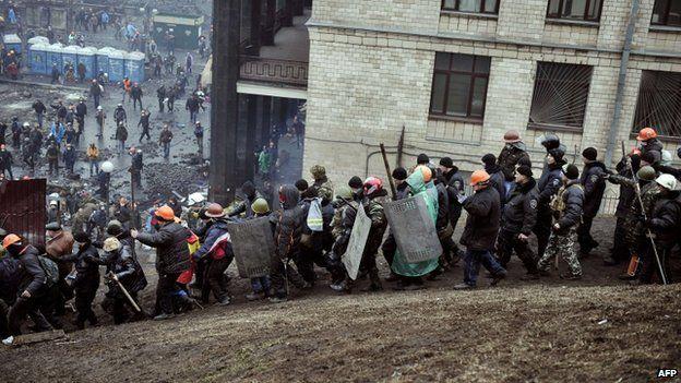 Protesters escort policemen captured in Kiev (20 February 2014)
