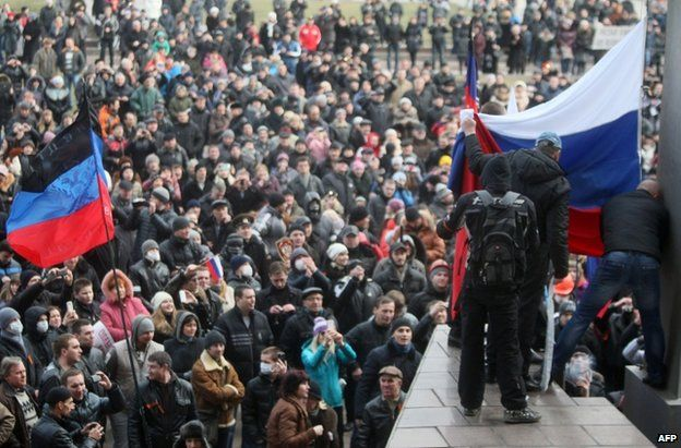 Protesters in Donetsk raise a Russian flag, 1 March