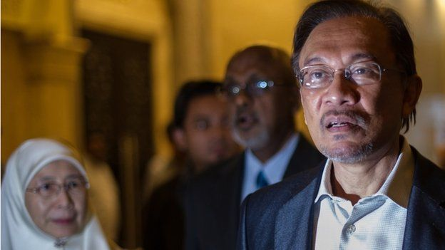 Malaysian opposition leader Anwar Ibrahim (R) and his wife Wan Azizah (L) arrive at the court of appeal in Putrajaya, outside Kuala Lumpur on 6 March 2014