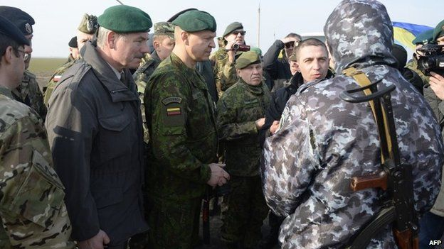 OSCE military observers talk to a pro-Russian soldier in an attempt to gain access to Crimea at the Chungar border crossing (7 March 2014)