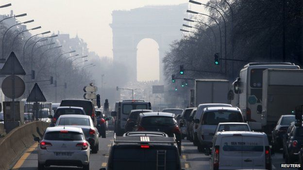 Cars waiting in traffic in Paris (13 March 2014)