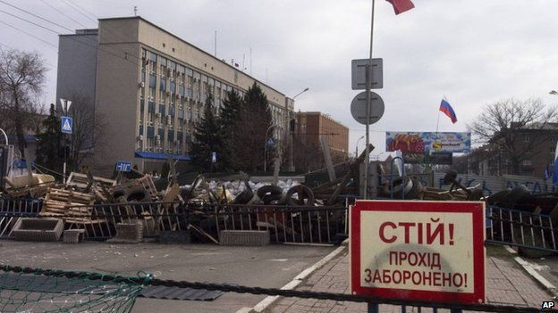 Barricades outside the Ukrainian security service in Luhansk on 9 April 2014