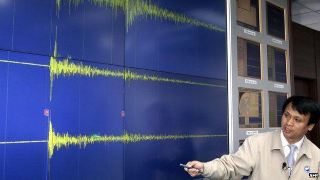 Meteorólogo de Corea del Sur reporta las ondas sísmicas de la prueba nuclear de mayo de 2009 de Corea del Norte.