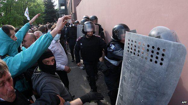 Police flee prosecutor's office in Donetsk. 1 Mat 2014