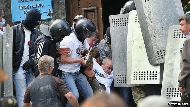 Injured man outside prosecutor's office in Donetsk. 1 May 2014