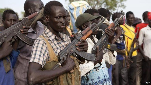 Members of the White Army, a South Sudanese anti-government militia, attend a rally in Nasir (14 April 2014)