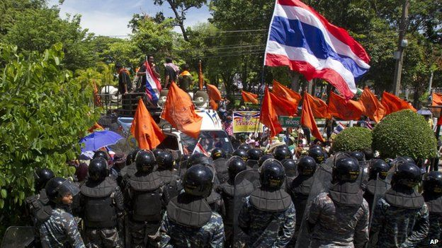 Military policemen gather to block anti-government protesters from entering the hall of an air force academy compound in Bangkok, Thailand Thursday, 15 May 2014