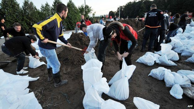 Bosnian volunteers fill sandbags in their effort to protect the city of Orasje in northern Bosnia from further flooding (18 May 2014)