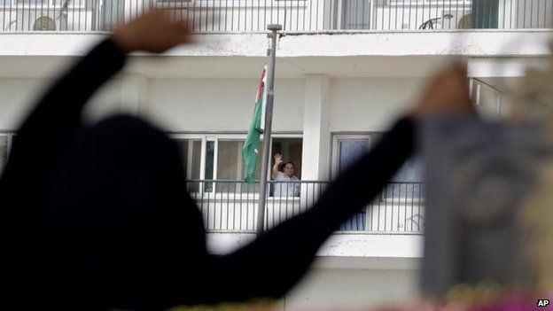 Hosni Mubarak waves to his supporters outside the Maadi Military Hospital in Cairo (4 May 2014)