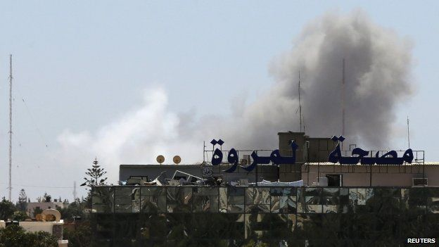 Smoke rises from the Faculty of Mechanical Engineering Technology school compound after a Libyan air force plane dropped a bomb in Benghazi (1 June 2014)