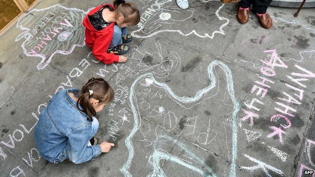 Children, refugees from Crimea and from eastern Ukrainian regions, draw symbolic maps depicting their regions and cities, on the sidewalk at the entrance of Ukrainian parliament in Kiev during a rally on 5 June