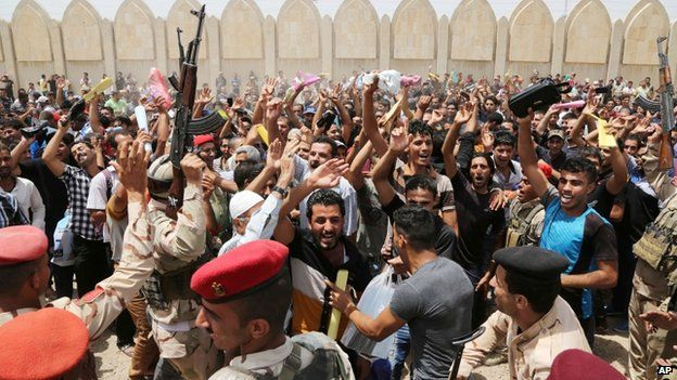 Iraqi men outside the army's main recruiting centre in Baghdad (12 June 2014)