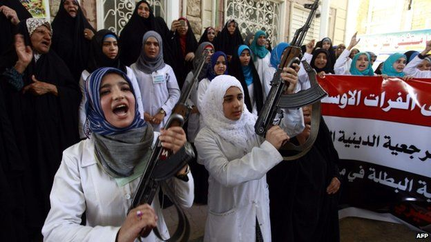Shia women holds up her weapon in Najaf (18 June 2014)