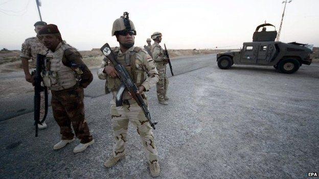 Iraqi soldiers at Arar, near the Iraqi border with Saudi Arabia (28 June 2014)