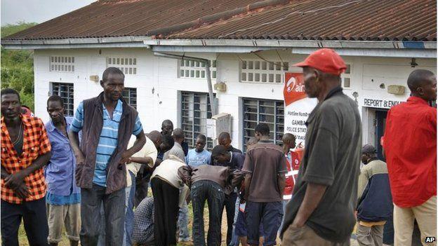 People outside Gamba police station in Kenya (6 July 2014)
