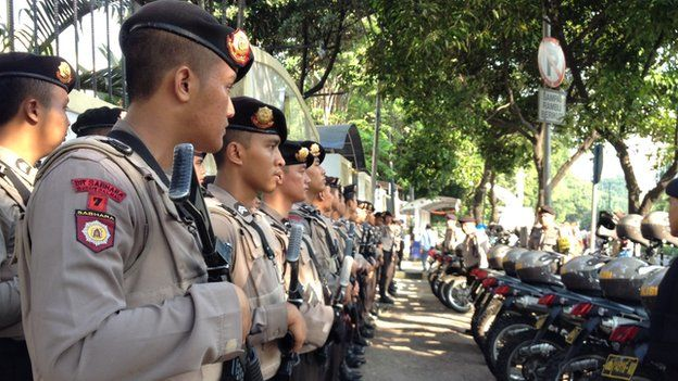 Security personnel wait outside Election Commission HQ in Jakarta on 22 July 2014