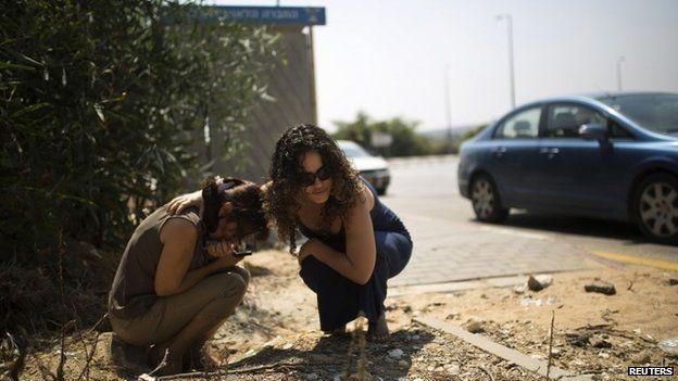Israelis take cover in Ashkelon, 23 July 2014