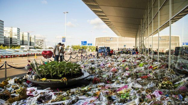 A personal note and flowers left in commemoration for the victims of Malaysian Airlines flight MH17 at Schiphol Airport, near Amsterdam, the Netherlands on 30 July 2014.