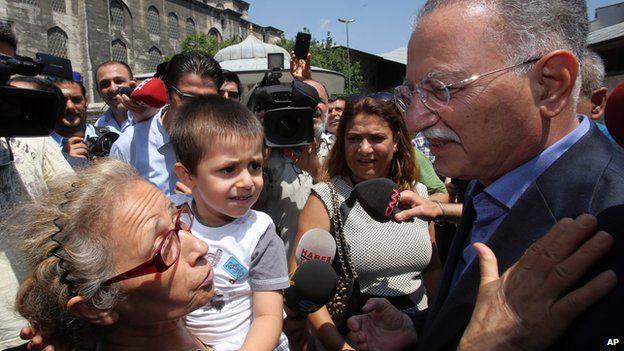 Turkish presidential candidate Ekmeleddin Ihsanoglu meets potential voters in Istanbul on 23 July 2014.