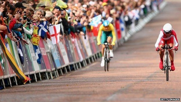 Emma Pooley of England crosses the finish line