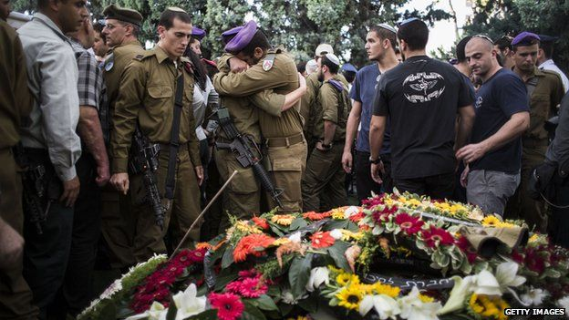 Friends and relatives mourn during the funeral for Israeli Lt. Hadar Goldin on August 3, 2014 in Kfar-saba, Israe
