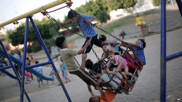 Palestinian children take advantage of the truce, 5 Aug