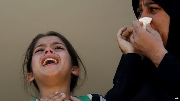 Palestinian mother and child crying (6 August 2014)