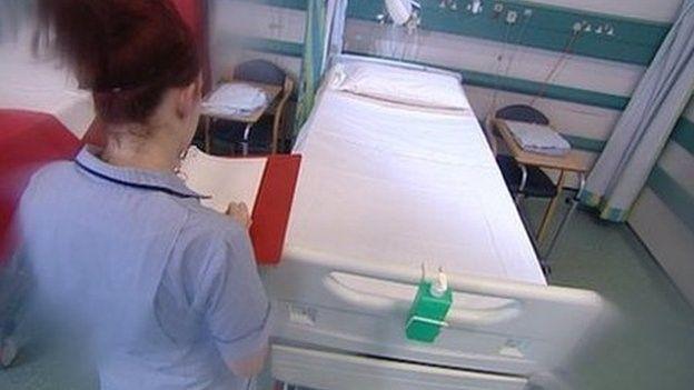 Roedd 96 o achosion o'r haint yn Ysbyty Glan Clwyd rhwng Ionawr a Mai 2013