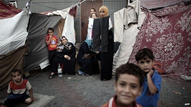 Displaced Palestinian families rest in the grounds of a makeshift camp inside the Al-Shifa hospital gardens in Gaza City (19 August 2014)