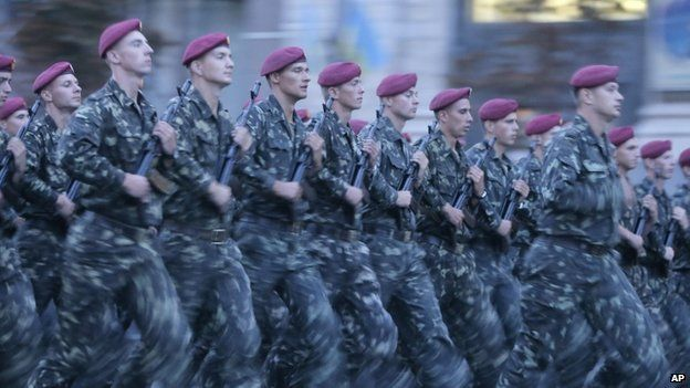 Ukrainian soldiers march in preparation for independence day in Kiev (22 August 2014)