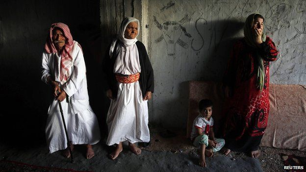 Displaced Yazidi who fled Sinjar wait outside Dohuk for aid 25 August 2014