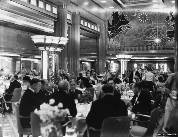 Dining aboard the Queen Mary's maiden voyage