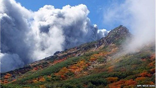 Smoke from the eruption rises from Mount Ontake (27 September 2014)
