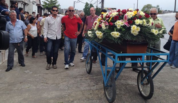 Relatives walk behind the coffin of Jandira dos Santos Cruz in September 2014
