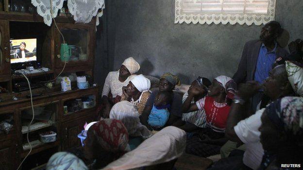 Displaced Kenyan watch the hearing of President Uhuru Kenyatta in Kenya on 8 October 2014