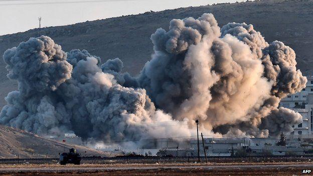Smoke rises during airstrikes on the Syrian town of Kobane (8 October 2014)