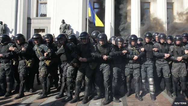 Police protecting parliament, 14 Oct 14