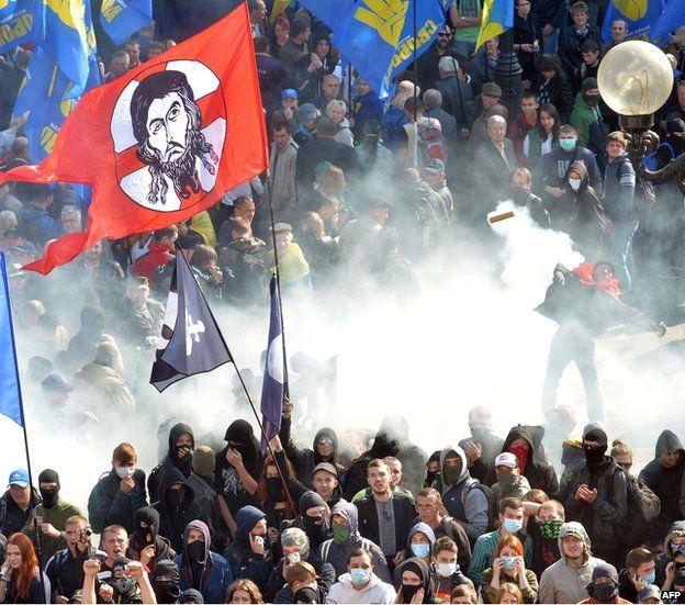 Clash outside Ukrainian parliament, 14 Oct 14