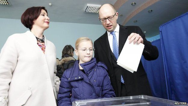Ukraine's Prime Minister Arseniy Yatseniuk votes in his country's parliamentary elections in Kiev (26 October 2014)