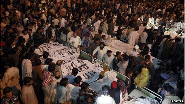 Crowds of people after the Wagah bombing (2 November)
