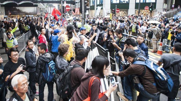 Pro-government protesters (left) shout to pro-democracy demonstrators (right) during the rally outside the Liaison Government Office in Hong Kong (9 November 2014)