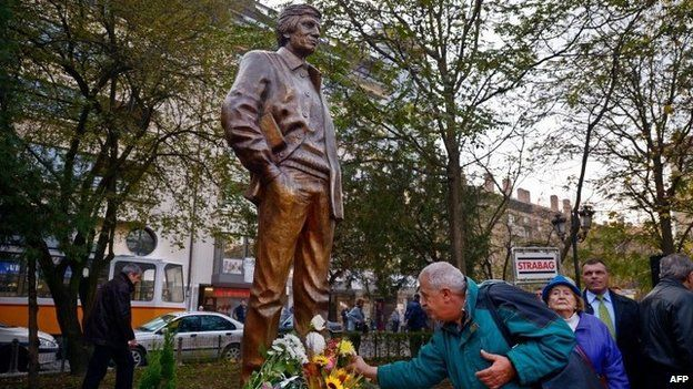 A statue of murdered Bulgarian dissident Georgi Markov, unveiled in Sofia, 11 November 2014
