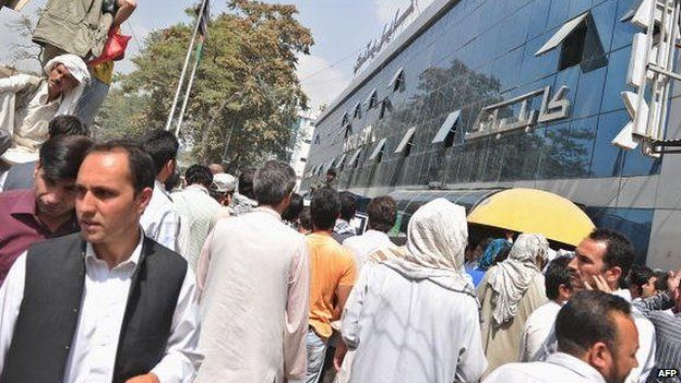 The public try to withdraw money from Kabul bank