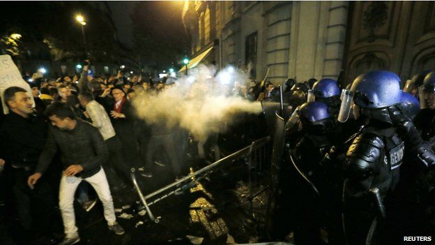 Clashes in Paris between police and Romanian voters (17 Nov)