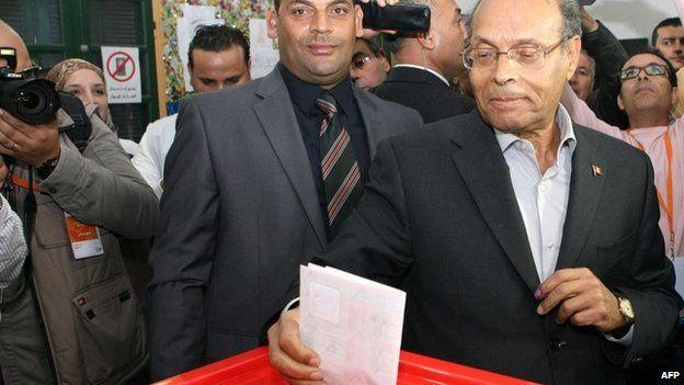 Moncef Marzouki voting