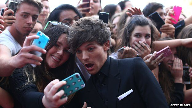 One Direction's Niall Horan is ambushed by selfie hunters