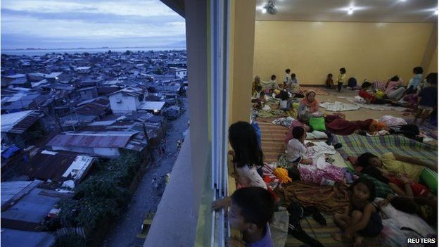 Children look out at evacuation centre near Manila (8 Dec 2014)