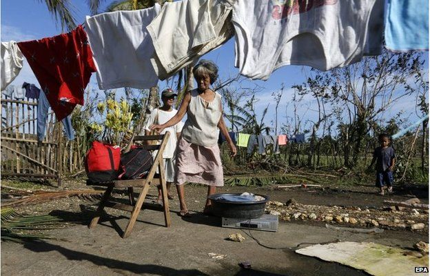 Philippine family dry clothes in Dolores (8 Dec 2014)