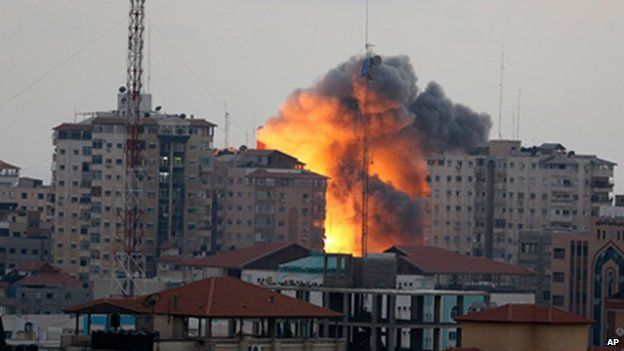 Explosion after Israeli air strike on the Zafer 4 Tower in Gaza City (23 August 2014)